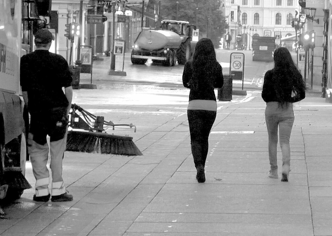 Gatefeierne ser langt etter de to vakre damene. Foto: Terje Børjesson