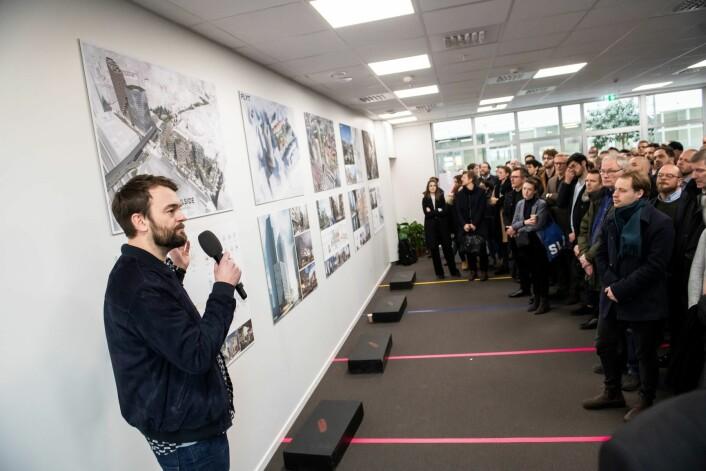 Magnus Berg Jørgensen, fra A-lab, presenterer Soulside for eierne av Galleri Oslo. Foto: Katrine Lunke