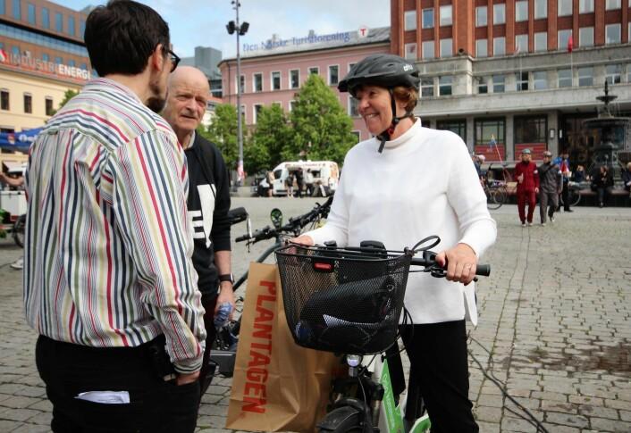 Oslos syklende ordfører Marianne Borgen (SV) slår av en prat med andre syklister på Youngtorget. Foto: André Kjernsli