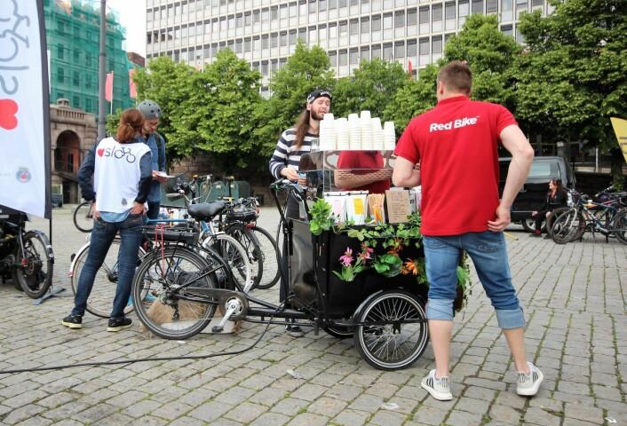 En av gutta fra Red Bike tar seg en kaffe i den syklende kaffebaren. Foto: André Kjernsli