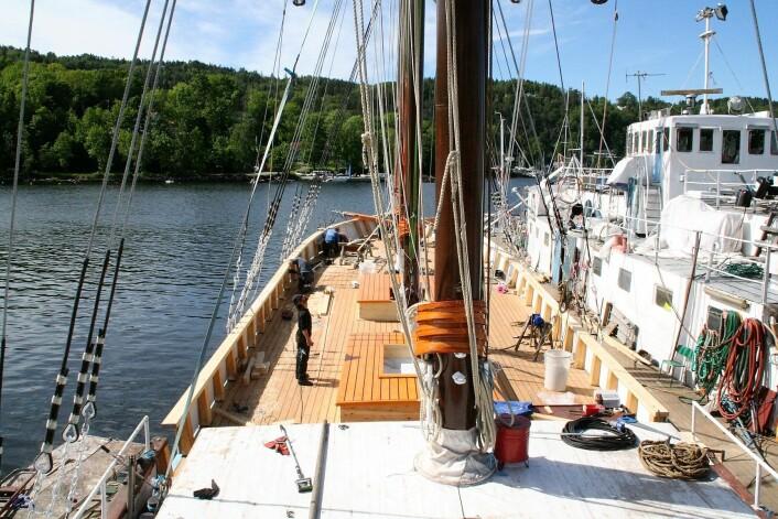 Den nye masten på SS Christiania kommer på plass. Foto: Kristian Qvigstad