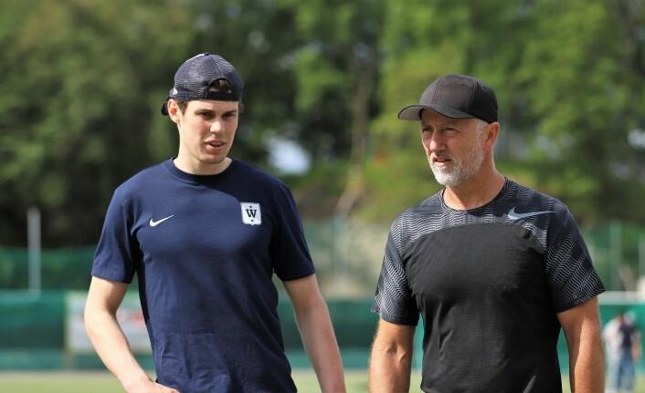 Nykomling Magnus Brekke Henriksen, som kom fra M/S, tar en prat med fysikk-trener John Aase. Foto: André Kjernsli