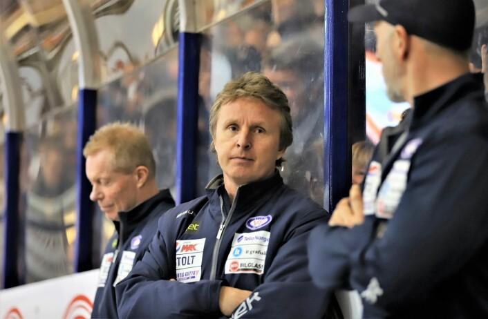 Espen Knutsen, her flankert av hovedtrener Roy Johansen (t.v.) og FYS-trener John Aase (t.h.) utgjør et slagkraftig team. Foto: André Kjernsli