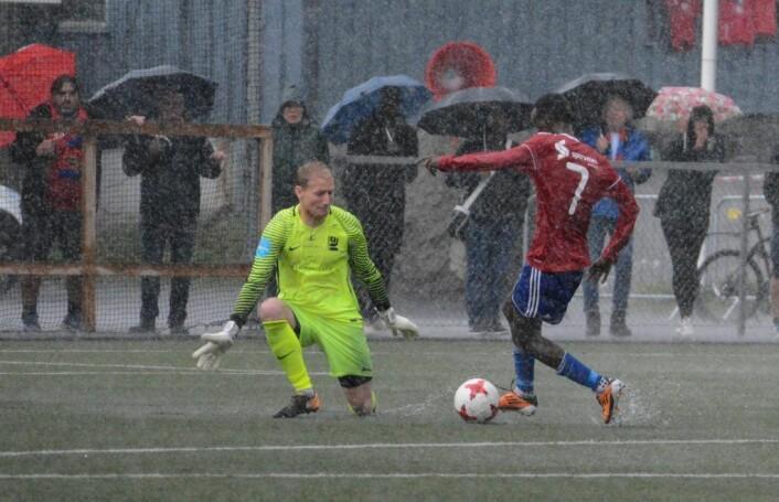 Sommeren 2017 var det også kraftig regn over Oslo, som her under fotballkampen mellom Skeid og Kjelsås. Banne ble lagt under vann i løpet av ti minutter. Foto: Anders Vindegg