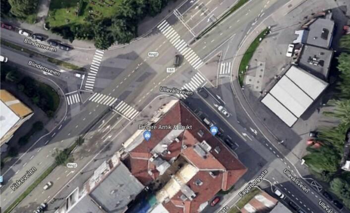 Slik ser det trafikkfarlige krysset ut ovenfra. Ullevålsveien møter Kirkeveien i det store og uoversiktlige krysset.