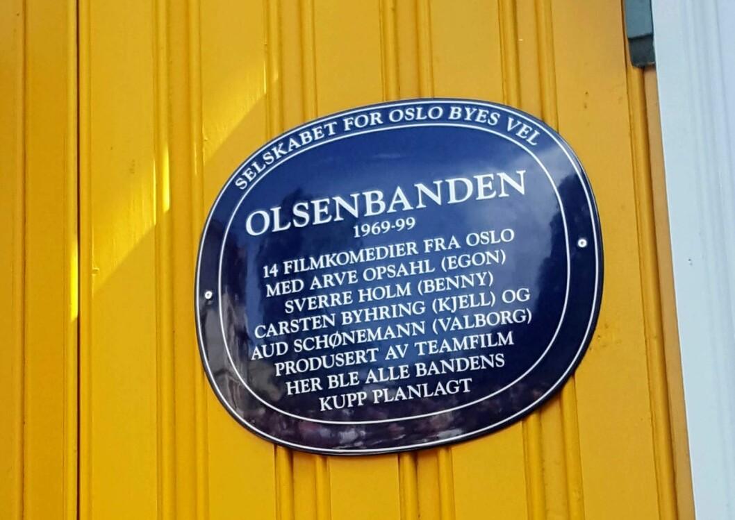 Olsenbanden har nå blitt hedret med et blått skilt i Ullensakergata 1 på Kampen. Hjemmet til Kjell og Valborg. Foto: Käthe Hermstad