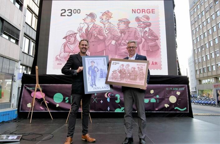 Egil Nyhus (til venstre) har tegnet motivene på Olsenbanden-frimerkene. Her viser han de fram sammen med frimerkedirektør Halvor Fasting. Foto: Tore Oksnes, Posten
