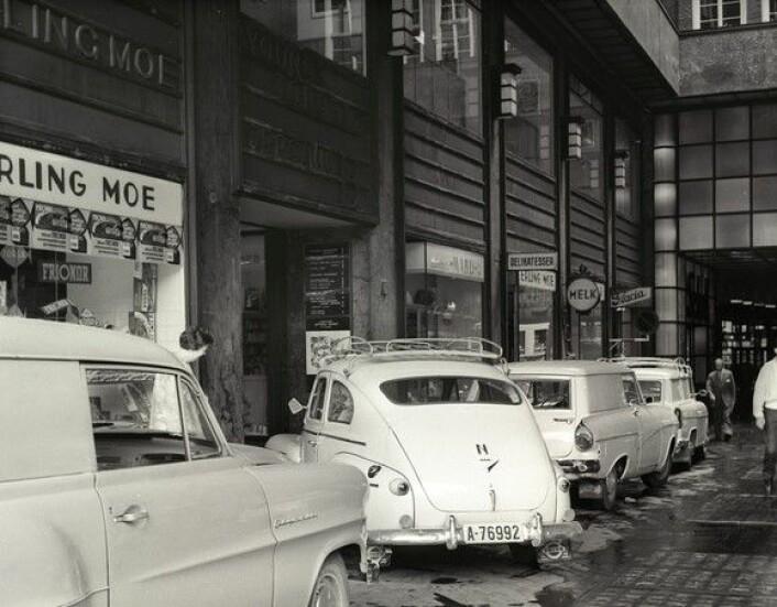 Biltrafikk i Folketeaterpassasjen,<br />juni 1961. Hit vil Frp ta oss tilbake, mener skribenten. Foto: Arbeiderbladet / Arbeiderbevegelsens arkiv og bibliotek