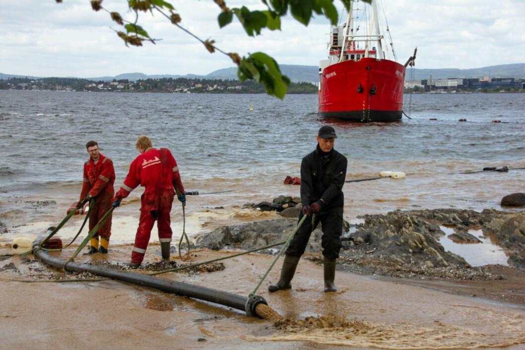 Audun Nilsen, Tarjei Pettersen og Constantinas passer på at sanden kommer der den skal. Foto: Hans Magnus Borge
