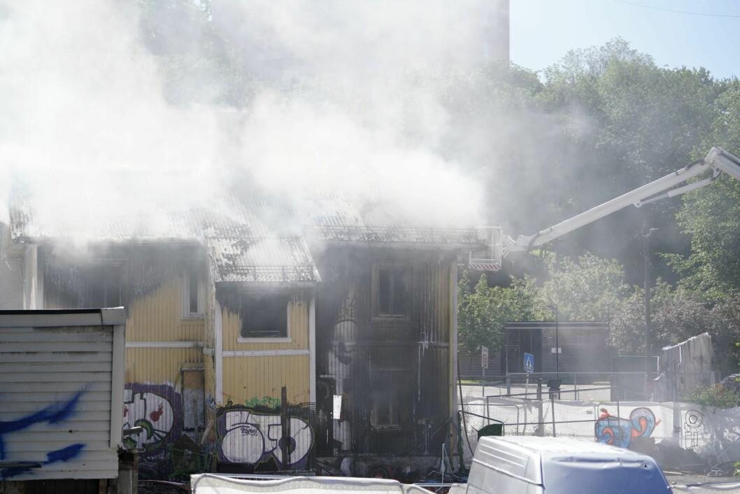 Det brenner kraftig i en i utgangspunktet ubebodd enebolig på Carl Berner i Oslo. Flere personer hoppet ut av vinduene etter at brannen startet. Foto: Fredrik Hagen / NTB scanpix