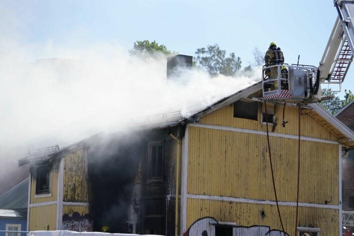 Tre personer hoppet ut av vinduene da det begynte å brenne kraftig i en enebolig på Carl Berner i Oslo. Foto: Fredrik Hagen / NTB scanpix