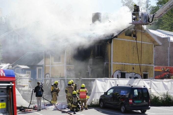 Det brenner kraftig i en ubebodd enebolig på Carl Berner i Oslo. Flere personer, som ikke skal ha hatt lovlig tilhold i huset, hoppet ut av vinduet. To av disse stakk av fra politiet. Foto: Fredrik Hagen / NTB scanpix