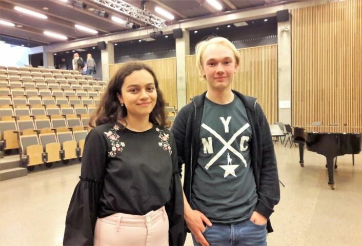 Victoria Karishma Hossain og Bendik Sparre Hovet har arrangert de politiske møtene på Oslo katedralskole i år. Politikk i lunsjen, det blir plunsj. Foto: Anders Høilund