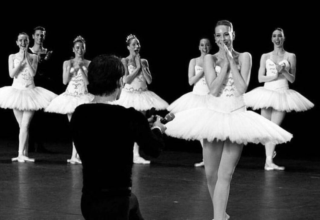 Her frir ballettdanser Erik Murzagaliyev til sin utkårede Freya Thomas. Foto: Jørund Langeggen