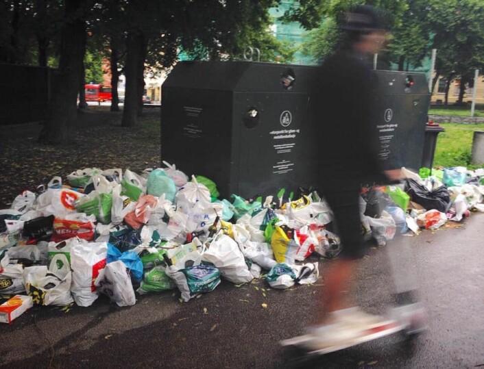 Renovasjonsetaten har mottatt klager på at det flyter av plastposer med glass og metallemballasje også andre steder i byen. Foto: Arne Raanaas