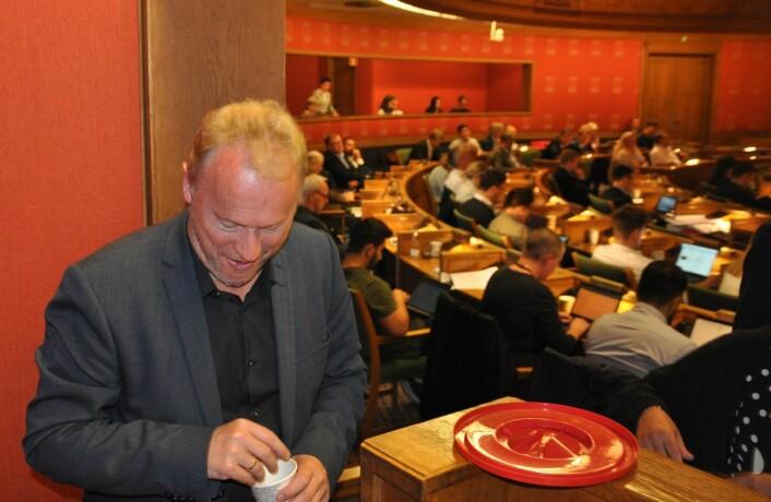 Arbeiderpartiets bystyrerepresentanter har felles smågodt stående i presselosjen. Innimellom vanker det litt godteri på Oslos byrådsleder også under lange kveldsmøter. Foto: Arnsten Linstad