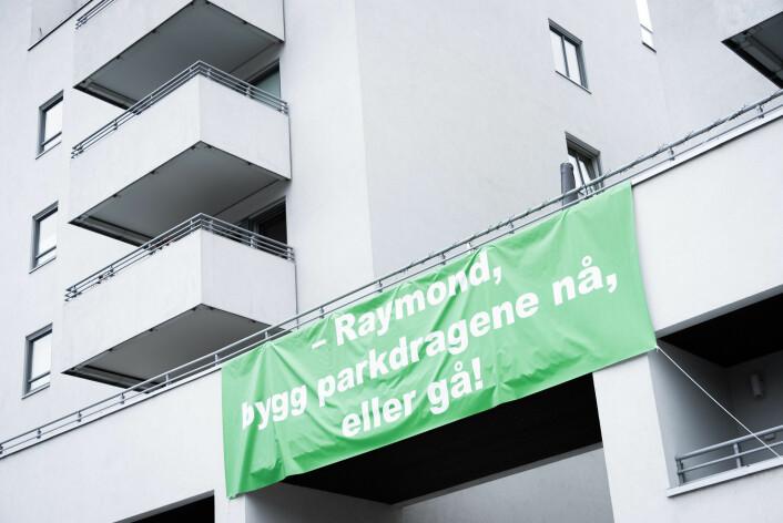 Et stort banner henger på Ellipseplassen. Budskapet er ikke til å misforstå. Foto: Bjørnar Morønning