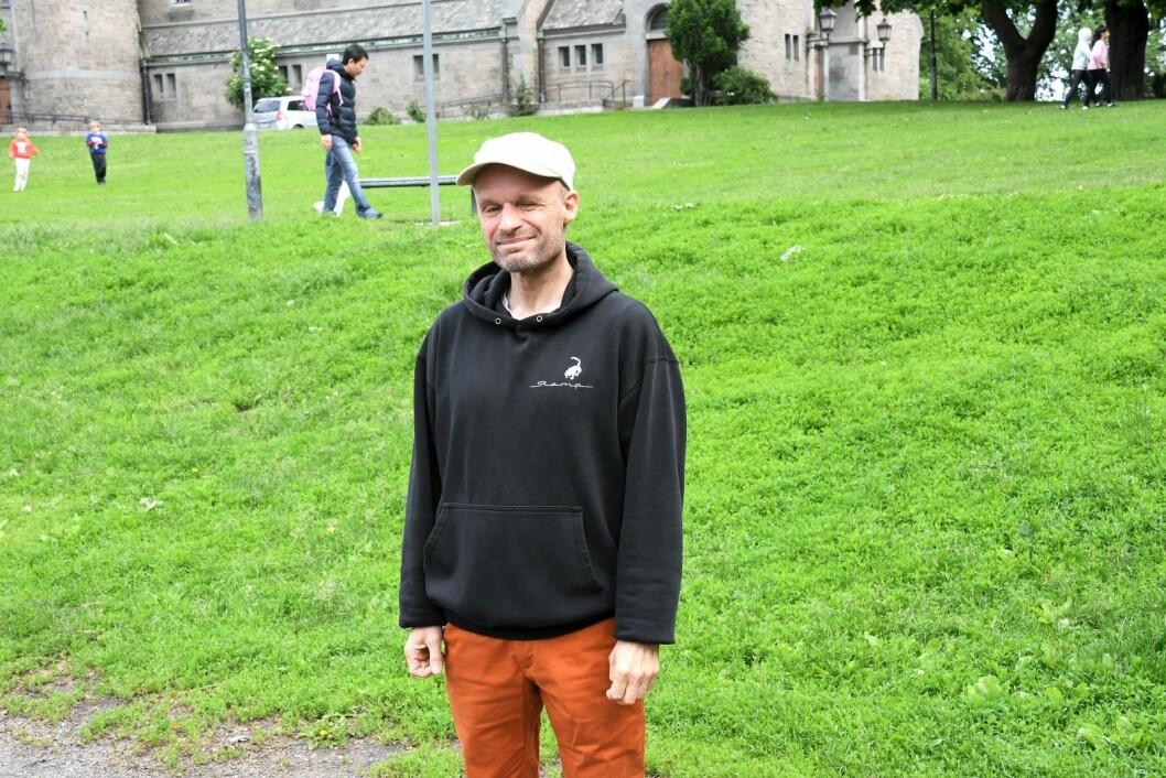 MDG-politiker og Vålerenga-beboer Harald Nissen lover at Bane Nor vil møte hard kamp mot ønsket om å rasere deler av Vålerengaparken og skolegården ved Vålerenga skole. Foto: Christian Boger