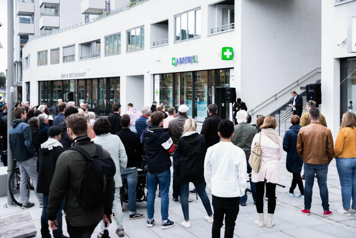 Et hundretalls mennesker møtte opp og krevde at bilbyen Ensjø blir til bobyen Ensjø. Foto: Bjørnar Morønning