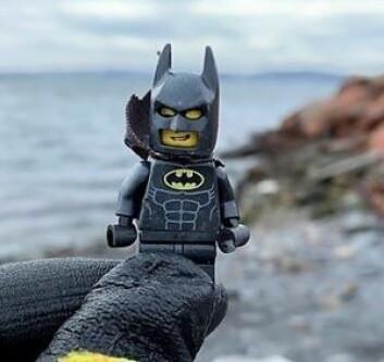 Lille Batman ble funnet i strandkanten på Nesodden, og reddet fra en skjebne som mikroplast av Anja Stokkan. Foto: Anja Stokkan