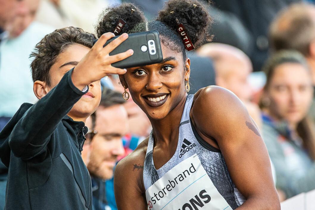 En heldig fan får en selfie med vinneren av 100 meter hekk, amerikanske Christina Clemons. Foto: Willy Larsen