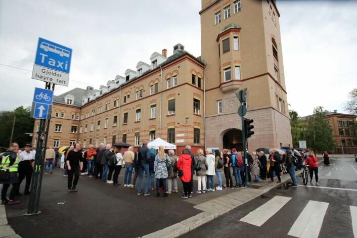 Etter hvert gikk ringen rundt hele administrasjonsbygget som ligger langs Ullevålsveien. Foto: André Kjernsli