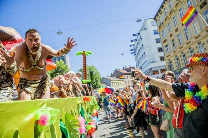 Pride-paraden fra Grønland til Spikersuppa var en fargeeksplosjon i strålende sol i fjor. Her representert ved Bamseklubben. Til stor jubel fra de omlag 250.000 som omkranset paradens 40.000 deltakere. Foto: Stian Lysberg Solum / NTB scanpix