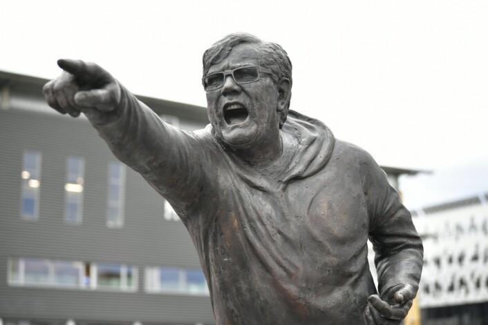 Halvannen time før det 90. oppgjøret mellom RBK og Vålerenga ble statuen av legenden Nils Arne Eggen avduket utenfor Lerkendal. Eggen har spilt for begge klubbene, og ble seriemester med Vålerenga i 1965. Foto: Ole Martin Wold / NTB scanpix