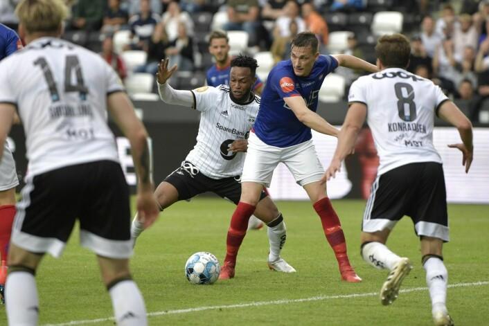 Rosenborgs målscorer Samuel Adegbenro i duell med Vålerengas Johan Lædre Bjørdal. Foto: Ole Martin Wold / NTB scanpix