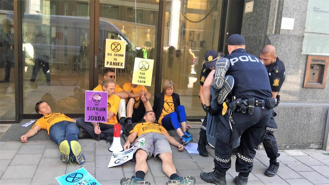 Miljøgruppen Extinction Rebellion aksjonerte i dag utenfor kontorene til miljøverndepartementet. Foto: Linn Stalsberg