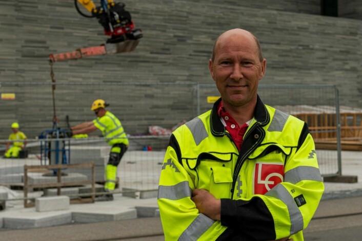 LO- koordinator Øyvind Helle er bekymret for arbeidsforholdene på flere byggeplasser i byen. Foto: Morten Laueng Jørgensen