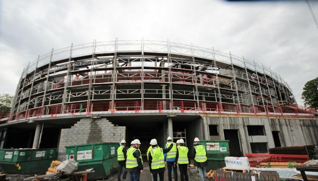 Nye Jordal Amfi skulle stått klart i juni 2020. Nå blir arenaen lukket og arbeidene fortsetter i enda et år.