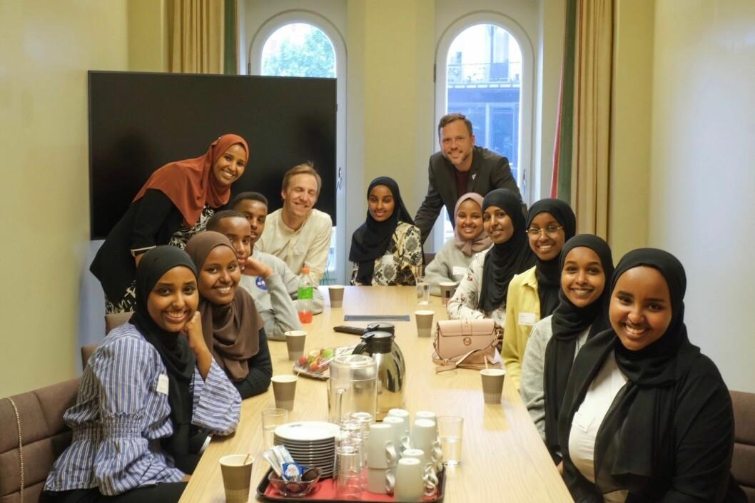 Ungdommene fra Tøyen fikk møte med stortingsrepresentantene Marian Hussein og Audun Lysbakken (SV). Foto: Hans Vold Husum