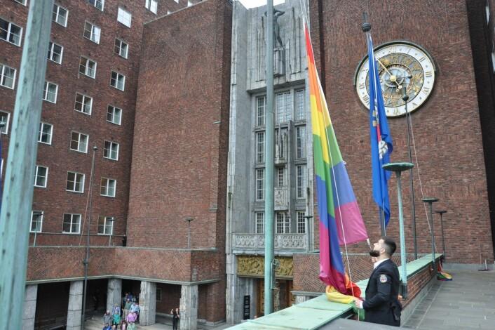 Regnebueflagget heises i Borggården ved Oslo rådhus. Foto: Arnsten Linstad