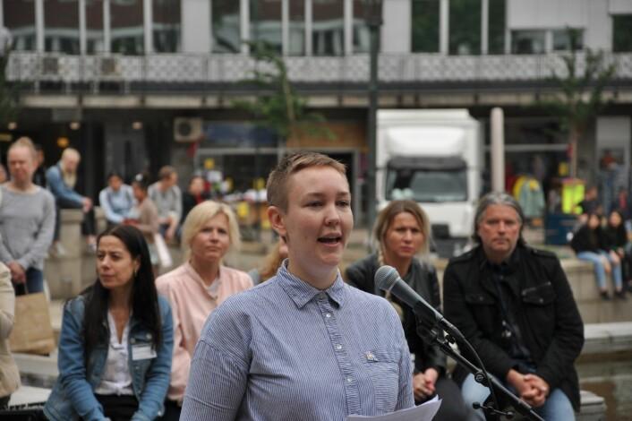 � Pride er en feiring av skeiv kjærlighet og av mangfold, der vi viser at vi er stolte av hvem vi er, sier leder av FRI Oslo og Akershus, Brita Brekke, mens regnbueflagget ble heist i Borggården ved Oslo rådhus. Foto: Arnsten Linstad