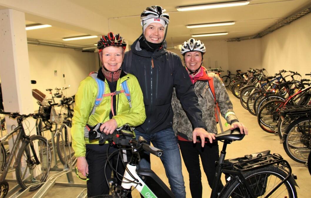 Åse Røstum Norang, Magnus Wien Klæboe og Bodil Motzke er blant tusenvis av ansatte i Oslo kommune som i løpet av året vil jobbe i en nysertifisert Sykkelvennlig arbeidsplass. Foto: Roar Løkken/Syklistenes Landsforbund