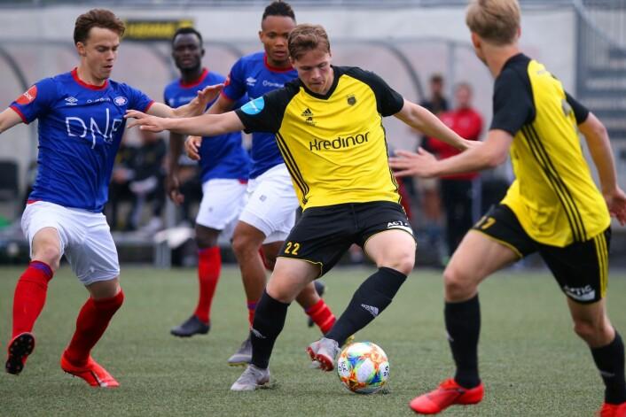 Bærums Martin André Berg med ballen i NM-kampen i fotball mellom Bærum - Vålerenga på Sandvika stadion. Foto: Ørn E. Borgen / NTB scanpix