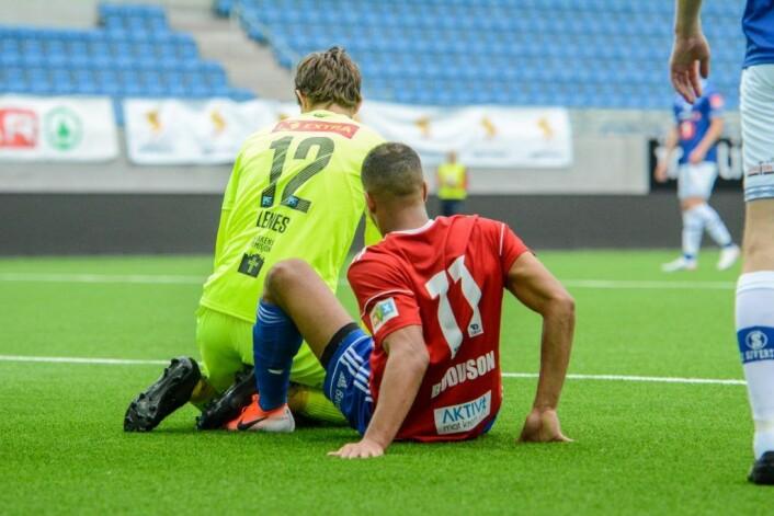Johnny Buduson var alene med keeper, men endte sittende på gresset mens Ranheims keeper Magnus Lenes fanget ballen. Foto: Anders Vindegg