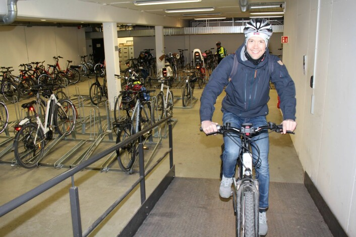 Magnus Wien Klæboe har valgt seg en elsykkel til arbeidsoppdraget han skal ut på. Foto: Roar Løkken/Syklistenes Landsforbund