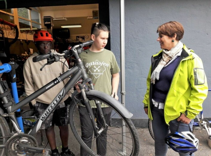 Abdoal Rahman og Kamil Koltumniuk fikset byråd Tone Tellevik Dahls sykkel på få minutter. Foto: Anders Høilund
