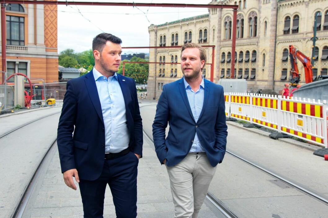 Casper Lehland (t.v) og Christian Laland ønsker å få med seg alle byens kandidater til bydelsutvalg til å love å gjøre Oslo til å være verdens beste by å være skeiv i. Foto: Hans Kristian Thorbjørnsen