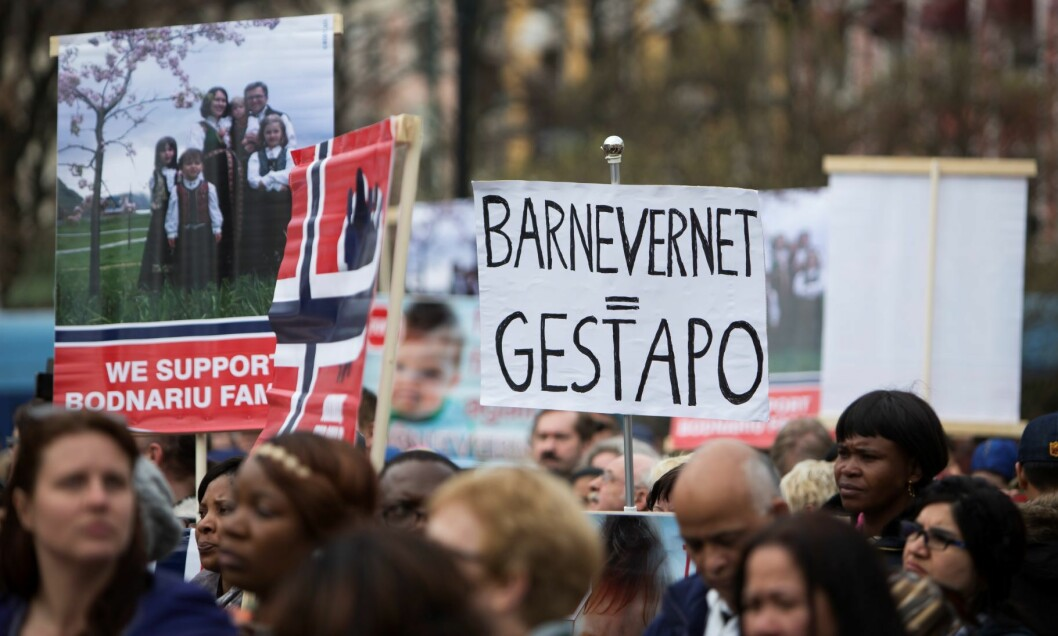"""Under slagord som """" Send barna hjem nå """" og """" Barnevernet = Gestapo """" samlet demonstrantene seg foran Stortinget. Foto: Ole Berg-Rusten / NTB Scanpix"""