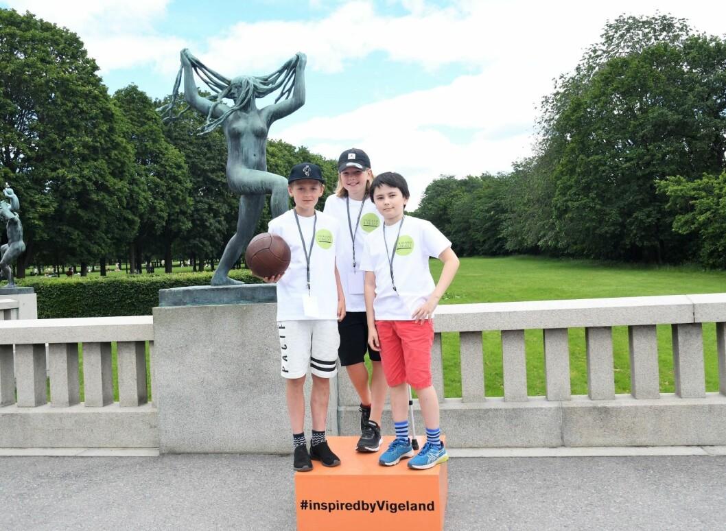 """Sjetteklassingene Anton Olivier (t.v), Albert Opdahl og Axel Magnus Stelander fikk lørdag æren av å være """"turistguider"""" i Frognerparken for én dag. Foto: Christian Boger"""