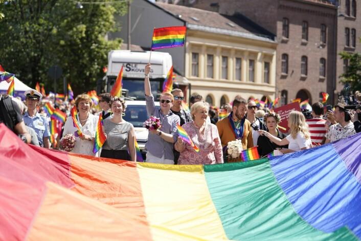 Oslos ordfører Marianne Borgen, festivalsjef Fredrik Dreyer og statsminister Erna Solberg var blant de som gikk i fronten av toget. Paraden går fra Grønland til Pride Park i Spikersuppa i Oslo sentrum. Foto: Fredrik Hagen / NTB scanpix