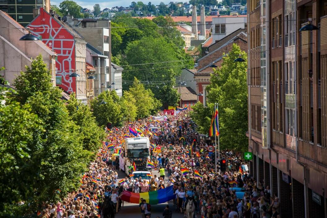 Gatene var stapp fulle av folk i forbindelse med årets Pride-parade. Stemningen var karnevalsaktig. Foto: Morten Lauveng Jørgensen