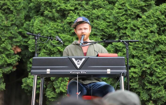 Ivar (Ravi) Johansen, som selv har vært engasjert i panteordningen PET, spilte og sang på sommerfesten. Foto: André Kjernsli