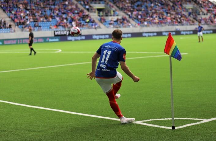 Bård Finne tar en Pride-corner, det var ellers lite å være stolt av for VIF i første omgang. Foto: André Kjernsli