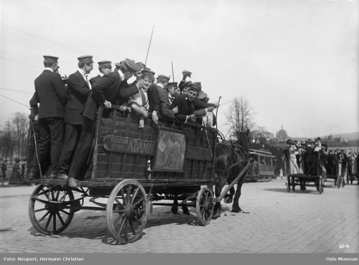Da det ikke var russebuss, men russevogn. Drammensveien i 1908. Foto: Hermann Christian Neupert