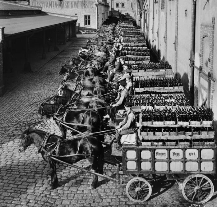 Bryggerihester utenfor Ringnes bryggeri i 1926. Foto: Anders Beer Wilse / Oslo Museum