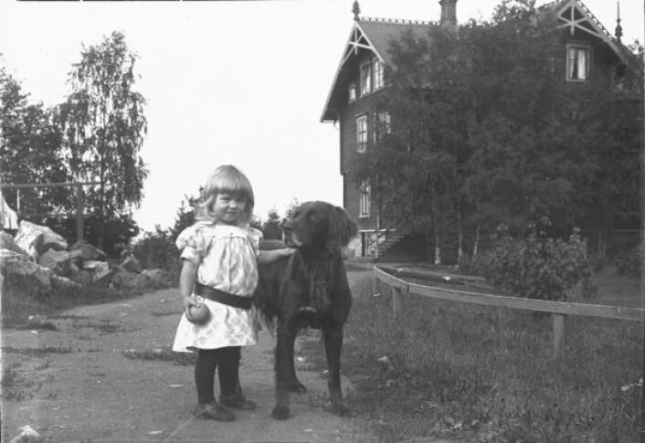 Hunden ble et kjæledyr for i flere borgerlige familier på 800-tallet. Her er en jente med hunden sin i 1904. Ukjent fotograf / Oslo Museum